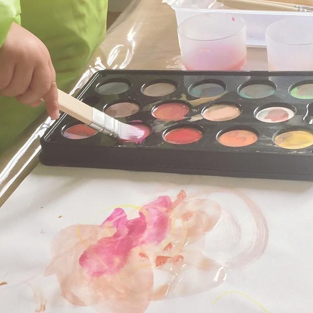 Atelier peinture et apprentissage des couleurs poupeelea lastdayswithmygirl alexsweethome bientotlarentreehellip