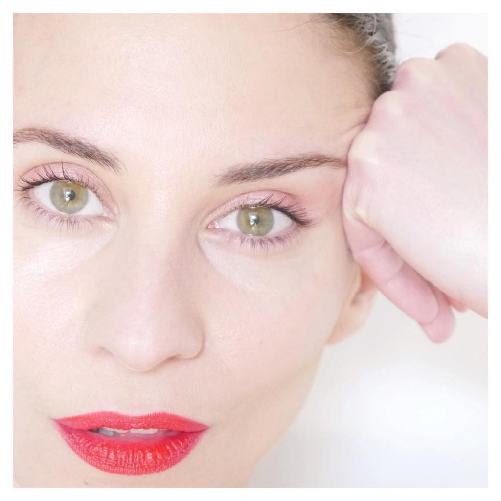 Jolie association teint nude et bouche rouge avec le eyehellip