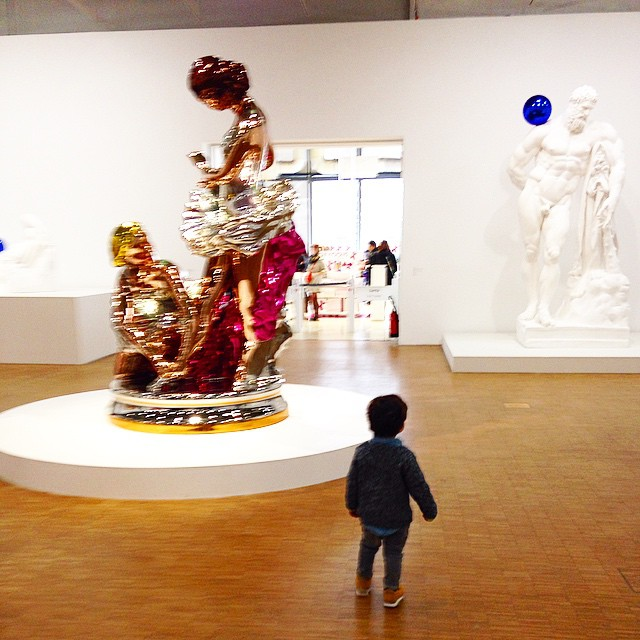 Petit Loujani admirant la nudité de Zeus by  #jeffkoons @centrepompidou. Il a surtout apprécié je le site :