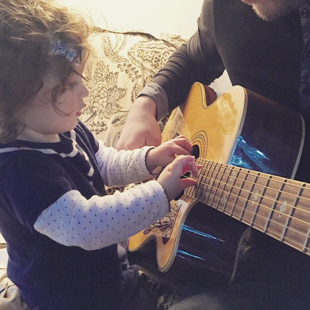 C'est l'heure du cours de guitare! #babylea #makemybaby #instaoftheday