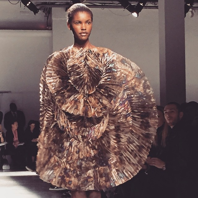 On cloture notre fashion week avec l'univers d'Iris Van Herpen , on vous en parle bientôt sur le blog avec @ingegrognard #pfw #irisvanherpen #mybeautybackstage