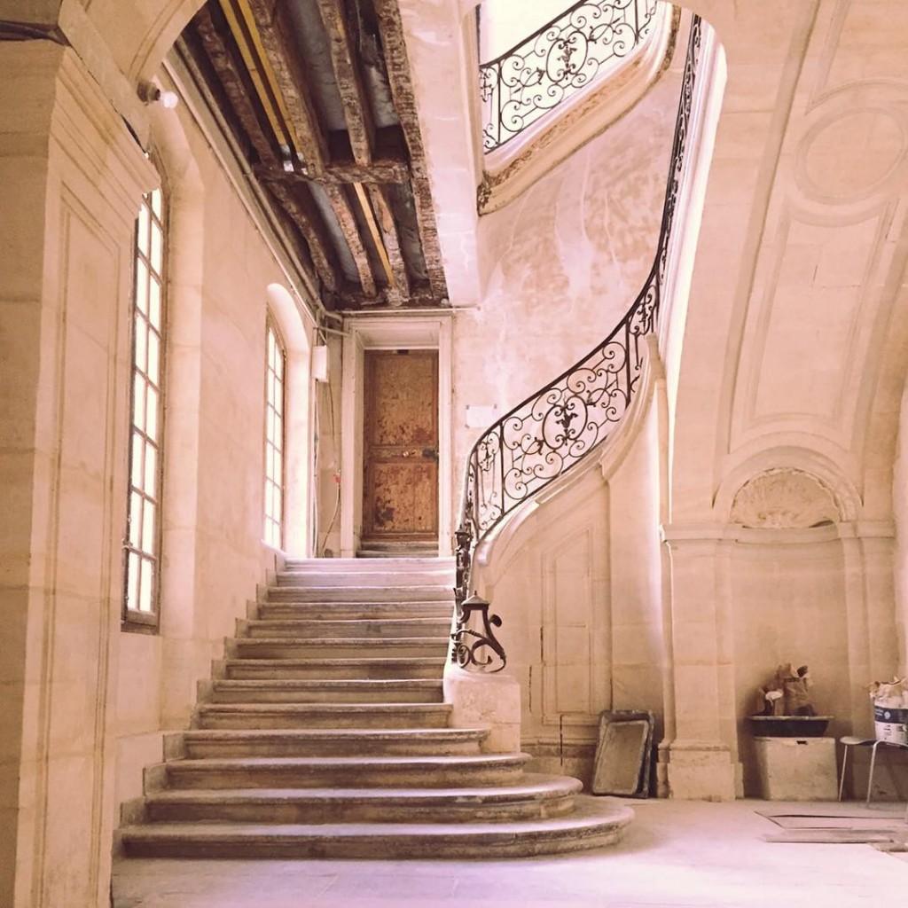 Paris est magnifique Pousser une porte cochre et avoir lehellip